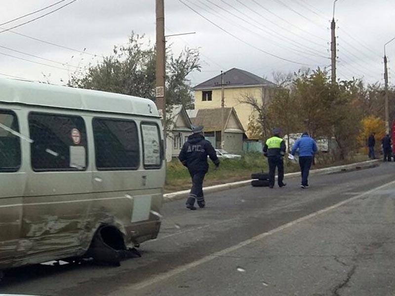 В Астрахани у маршрутки слетела задняя ось