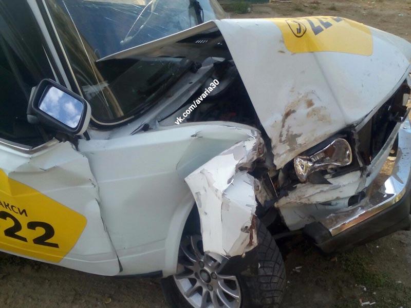 В Астрахани такси врезалось в дерево