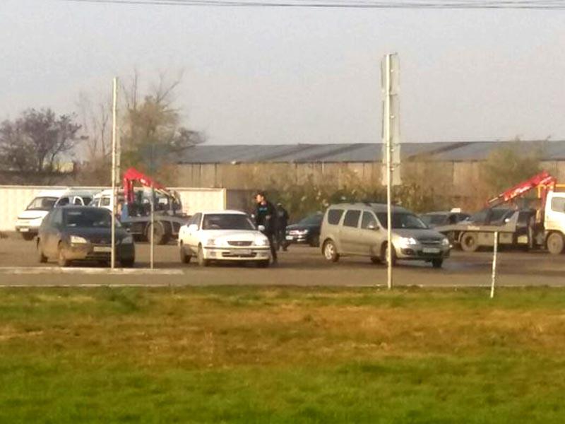 В Астрахани эвакуируют машины… с парковки у аэропорта