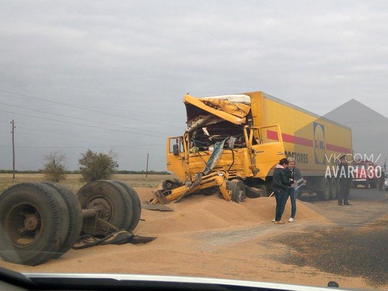 В Астраханской области столкнулись два грузовика — есть погибший