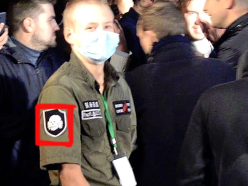 Фанат Навального красовался в Астрахани с «мертвой головой»
