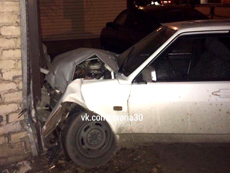 В Астрахани 99-я врезалась в кирпичный дом