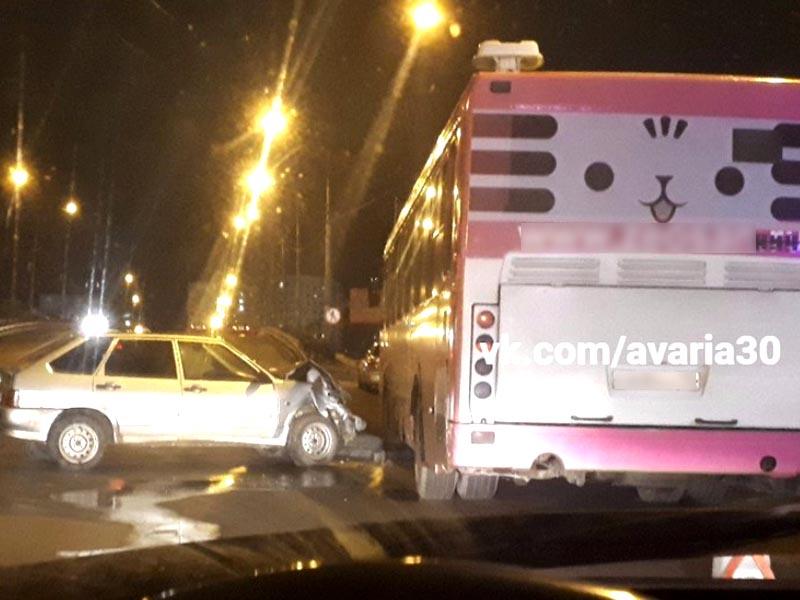 В Астрахани «Лада» врезалась в автобус