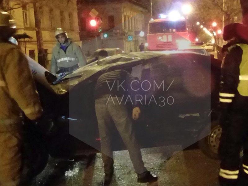 В центре Астрахани перевернулась иномарка