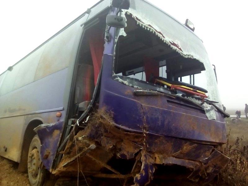 В Астраханской области автобус с 17-ю пассажирами улетел в кювет