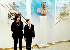 В школе №30 открыли бюст Олега Пешкова