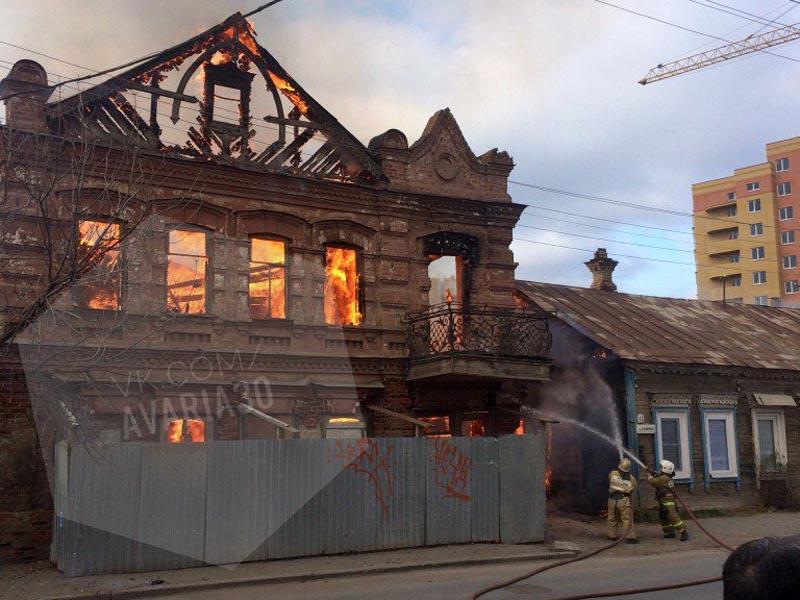 В Астрахани сильный пожар в центре города