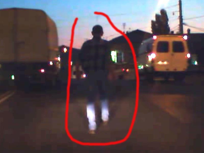 В Астрахани пешеход бесстрашно шагал среди плотного потока машин