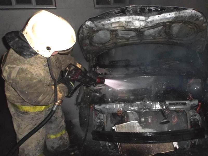 В Астрахани ночью подожгли два автомобиля