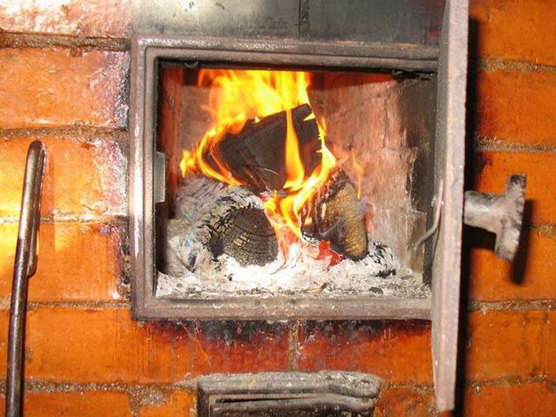 В Астрахани из-за перекала печи сгорел дом