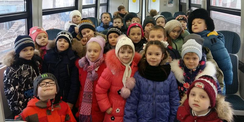 Железнодорожники провели экскурсию для второклассников, и покатали их на рельсовом автобусе по станции Астрахань-1